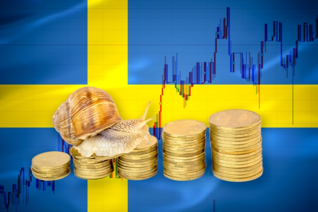 En snigel som kryper på myntstaplar som blir högre och svenska flaggan i bakgrunden.