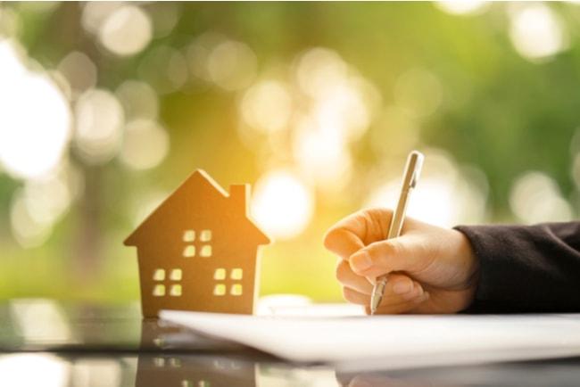 Ung person skriver på ett avtal för bolån.