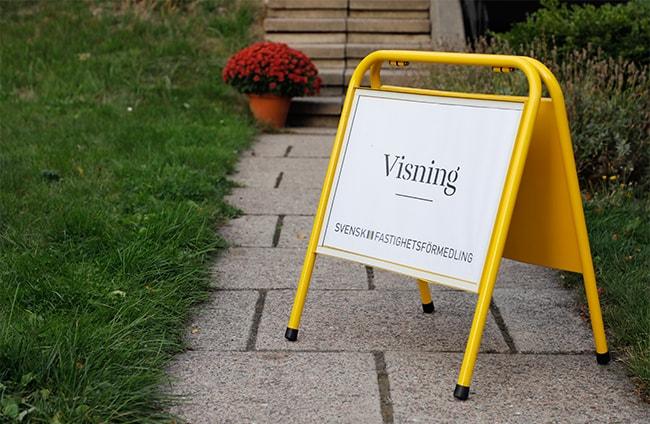 visningsskylt från svenskt fastighetsförmedling