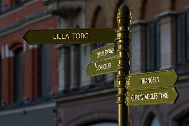 Skyltar som visar vägen i malmös stadskärna.