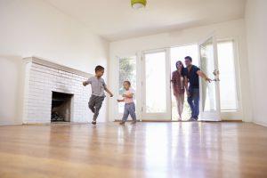 Familj som tagit huslån flyttar in