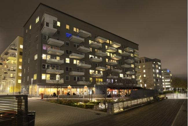 Lägenhetshus på kvällen