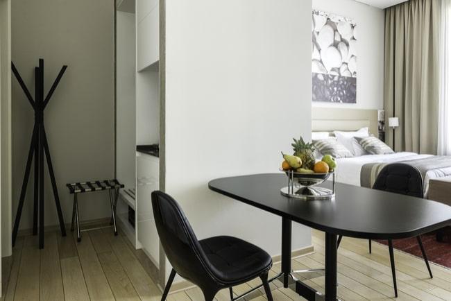 liten lägenhet på ett rum med kombinerat matrum och vardagsrum