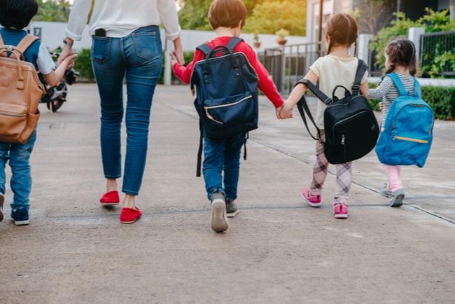 Mamma ute och går med sina barn