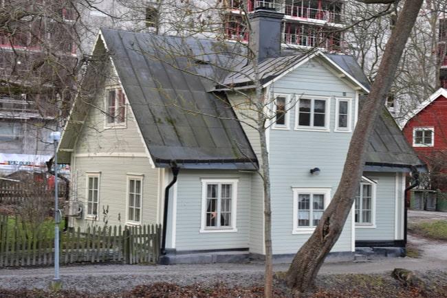 Grå tvåplansvilla med svart tak