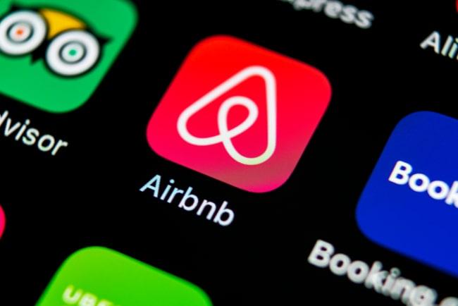 Airbnb::s app-ikon på en mobilskärm