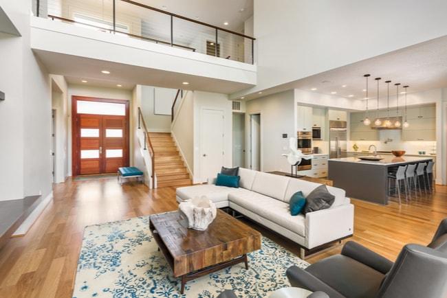 Interiör lägenhet med öppen planlösning vardagsrum och kök