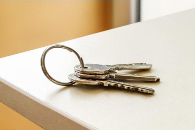 nycklar på ett bord